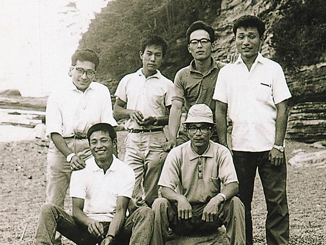 浜辺にて学生時代の同級生と(写真前列左)
